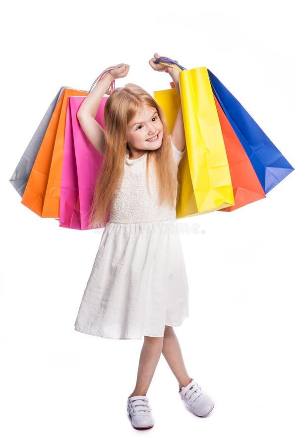 Comprador femenino joven emocionado feliz que sostiene bolsos grandes fotos de archivo