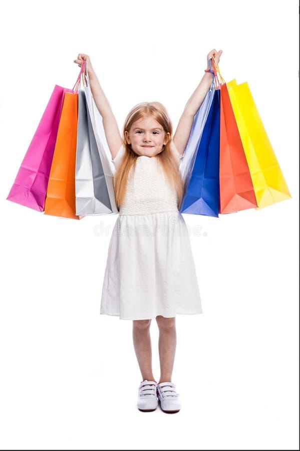 Comprador joven emocionado con los panieres coloridos grandes fotografía de archivo libre de regalías