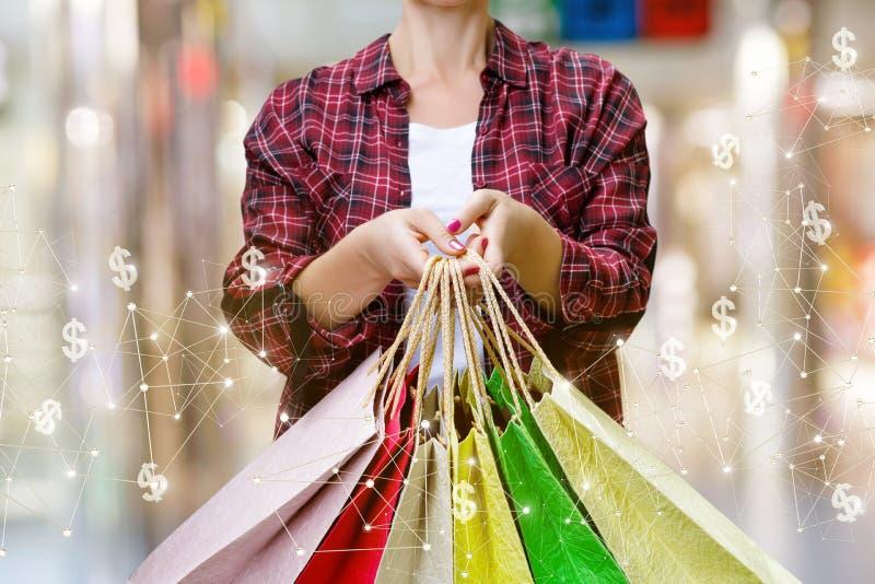 Comprador que muestra los bolsos de tiendas en línea imagen de archivo