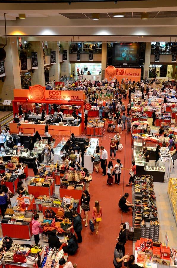 Compradores de Singapur en el bazar del sótano del camino de la huerta fotos de archivo libres de regalías