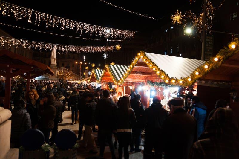 Compradores del mercado de la Navidad de Bucarest fotografía de archivo libre de regalías
