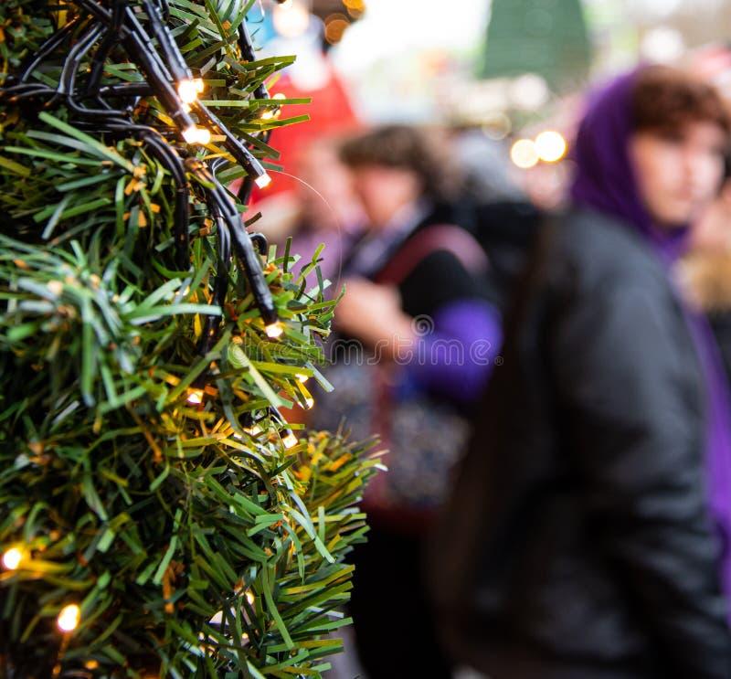 Compradores del mercado de la Navidad imagen de archivo libre de regalías