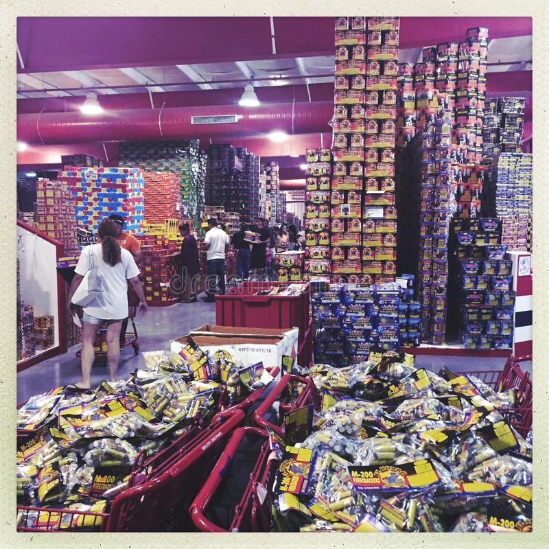 Compradores dentro de la tienda de los fuegos artificiales imágenes de archivo libres de regalías