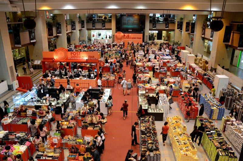 Compradores en el bazar chino Singapur del Año Nuevo de los posts imagen de archivo