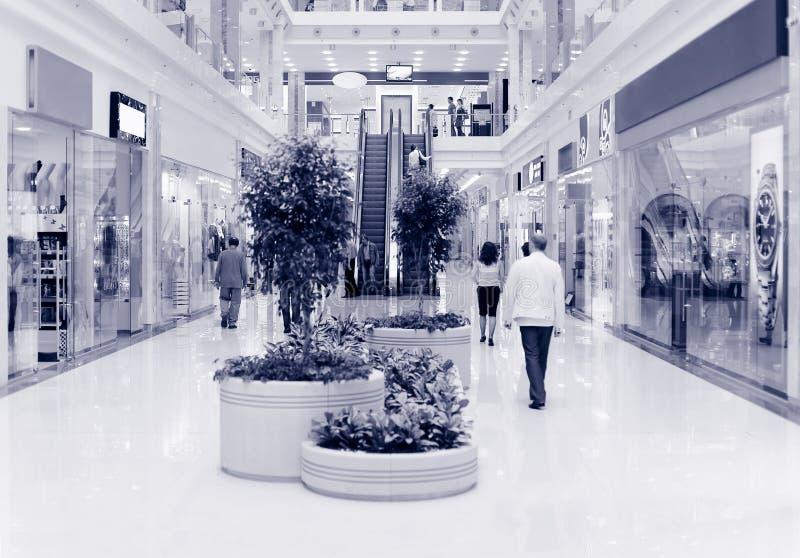 Compradores en el centro comercial. Azul del tinte imágenes de archivo libres de regalías