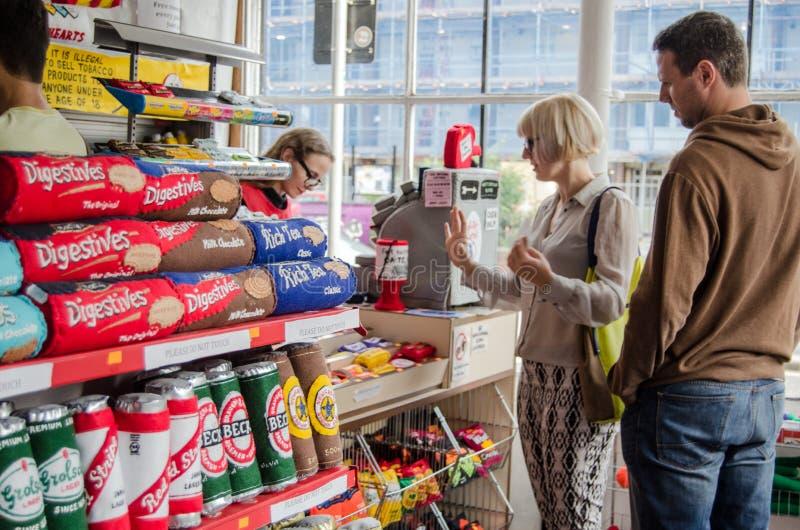 Compradores en el fieltro CornerShop, Londres fotos de archivo libres de regalías