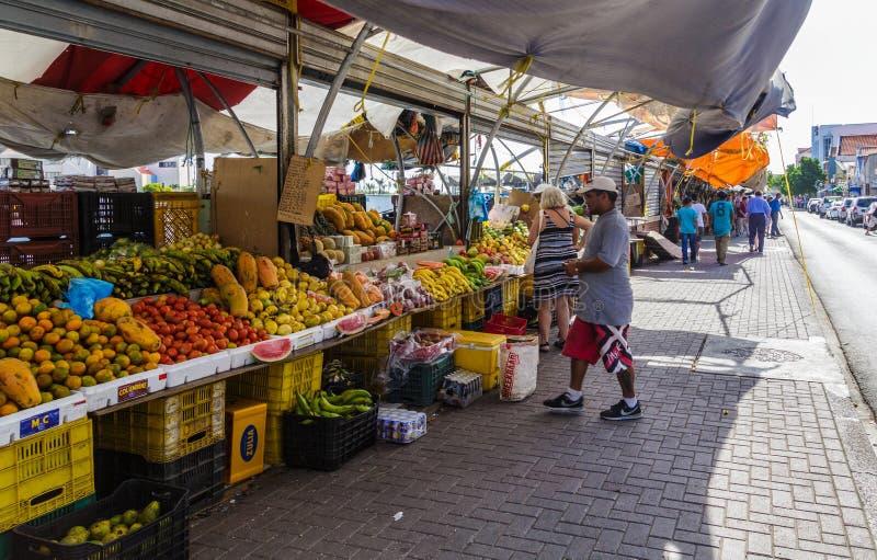 Compradores en el mercado de Curaçao fotos de archivo