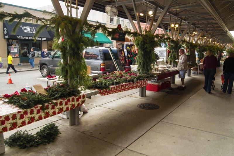 Compradores en el mercado histórico de los granjeros de Roanoke fotos de archivo libres de regalías
