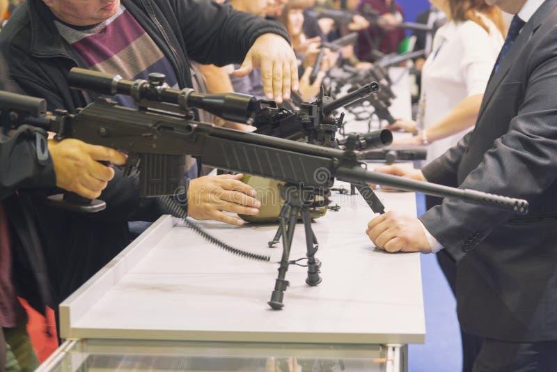 Compradores en la ventana con las armas ligeras autom?ticas fotografía de archivo