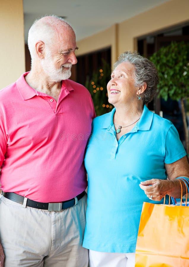 Compradores mayores en amor foto de archivo libre de regalías