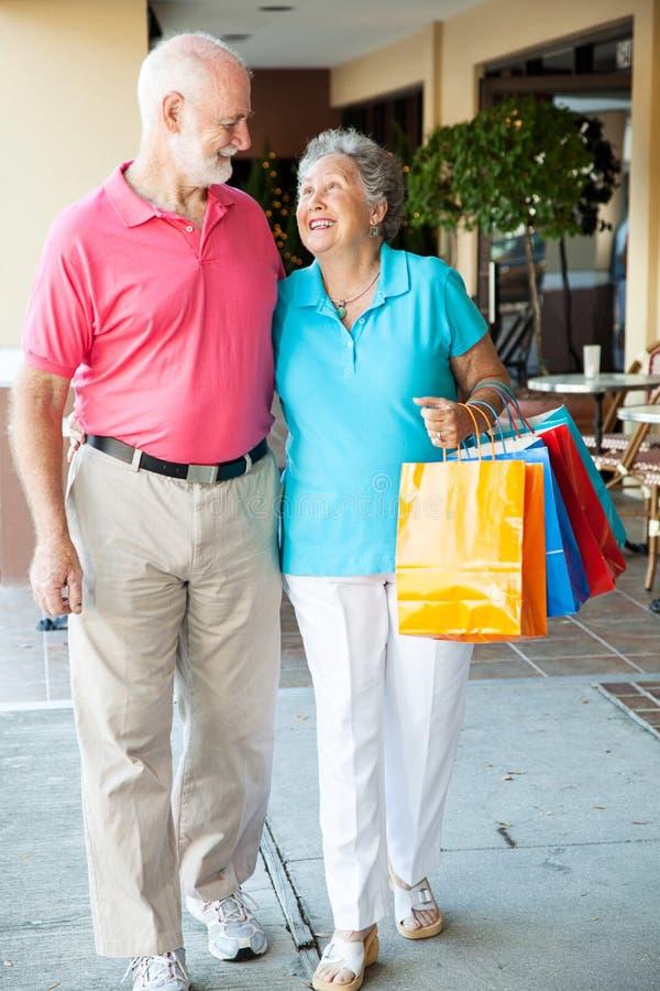 Compradores mayores felices foto de archivo libre de regalías