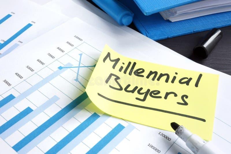 Compradores milenares escritos à mão em um relatório de mercado imagem de stock royalty free