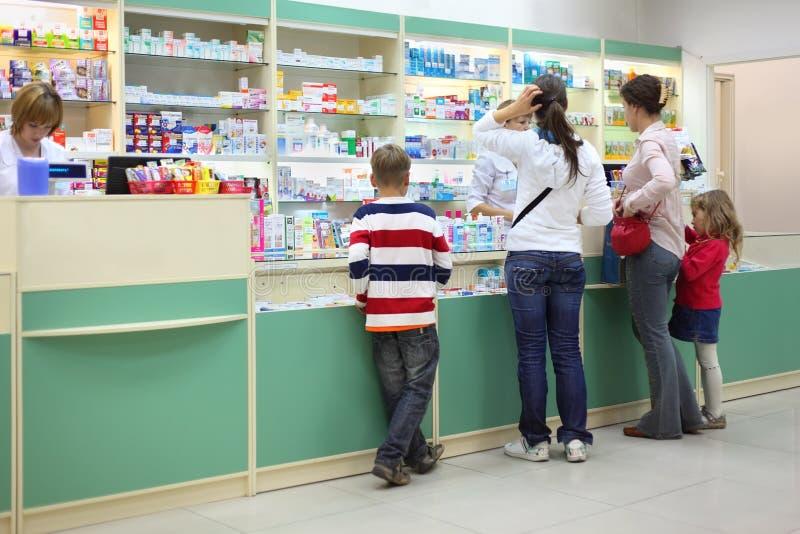 Compradores na farmácia