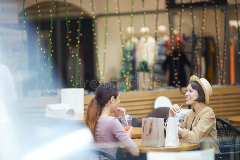 Compradores que descansan en la zona de restaurantes fotos de archivo libres de regalías