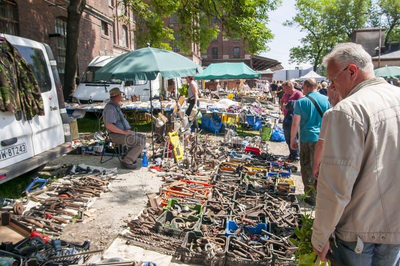 Compradores que esperan del vendedor para Él es recambios usados/viejos de la venta en el molino de Su?kowice del mercado de pulg foto de archivo