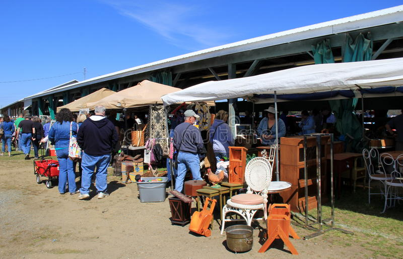 Compradores que hojean a través de los artículos para las ventas, mercado de pulgas anual, Washington County Fairgrounds, 2016 fotos de archivo