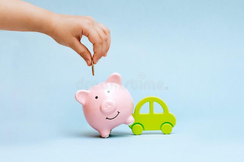 Comprando un coche en crédito y para su efectivo fotos de archivo libres de regalías