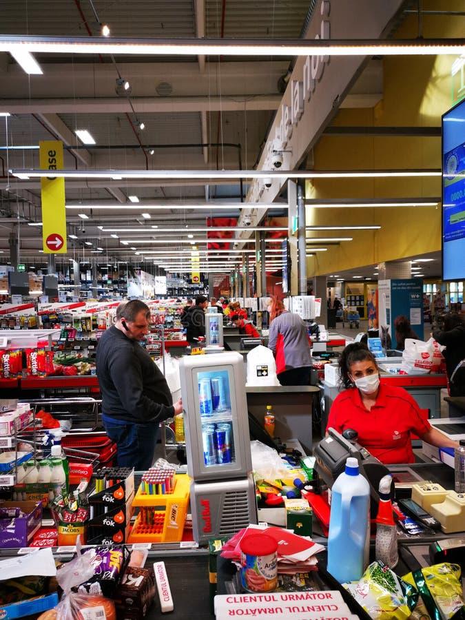 Comprar en la cinta en la caja registradora del supermercado imágenes de archivo libres de regalías