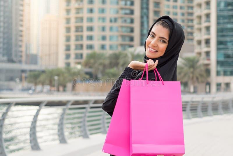Compras árabes de la mujer foto de archivo libre de regalías