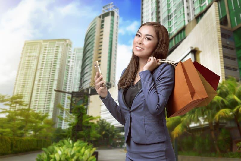 Compras asiáticas de la mano de la mujer del comprador imagenes de archivo