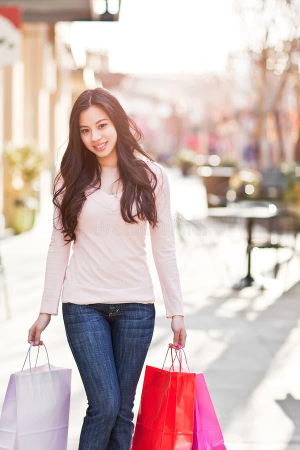 Compras asiáticas de la mujer foto de archivo