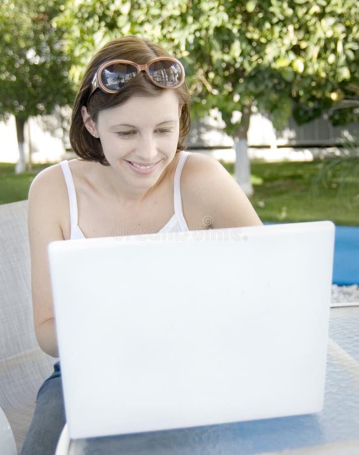 Compras atractivas de la mujer en línea foto de archivo libre de regalías