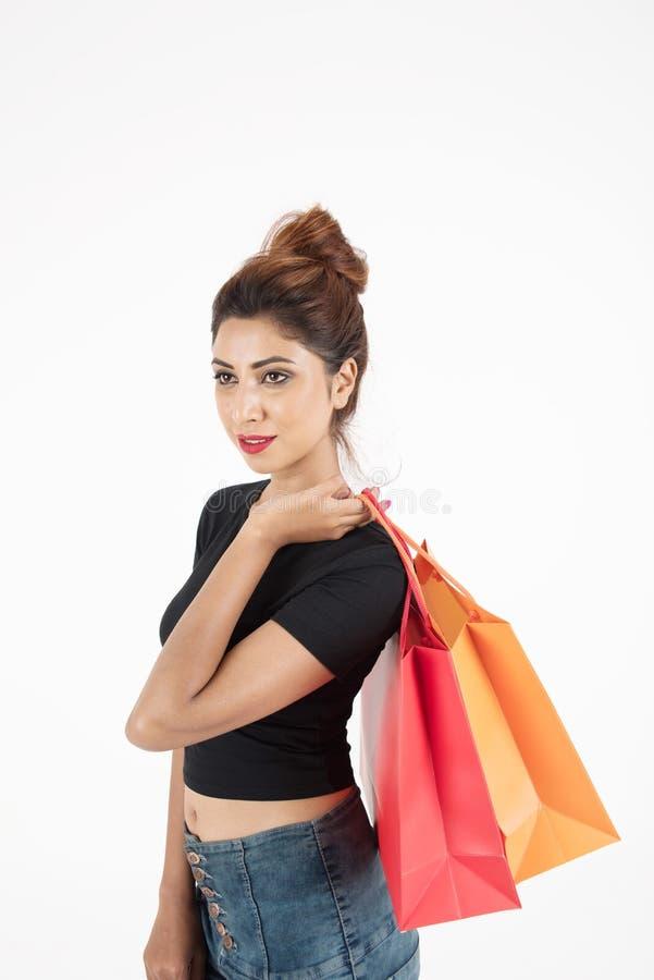 Compras atractive hermosas de la muchacha imagen de archivo libre de regalías