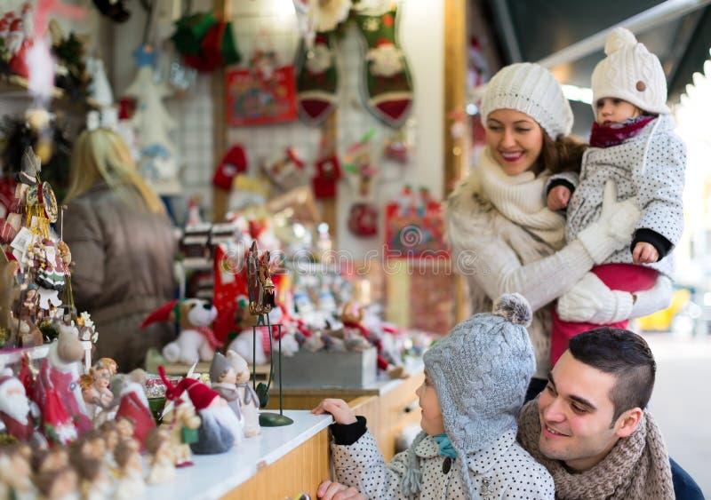 Compras de la familia en la Navidad justa fotos de archivo libres de regalías