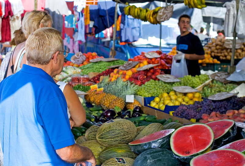 Compras de la gente para la fruta y verdura en un mercado español imagen de archivo libre de regalías
