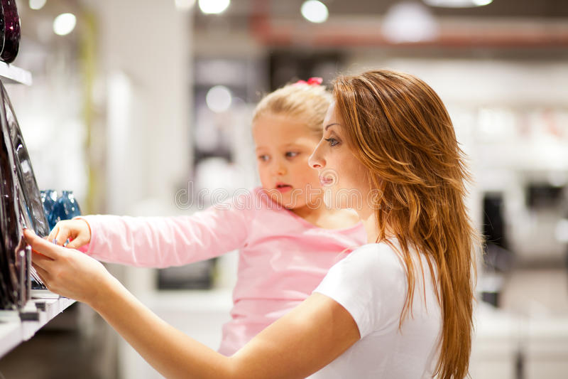 Compras de la hija de la mama fotografía de archivo libre de regalías
