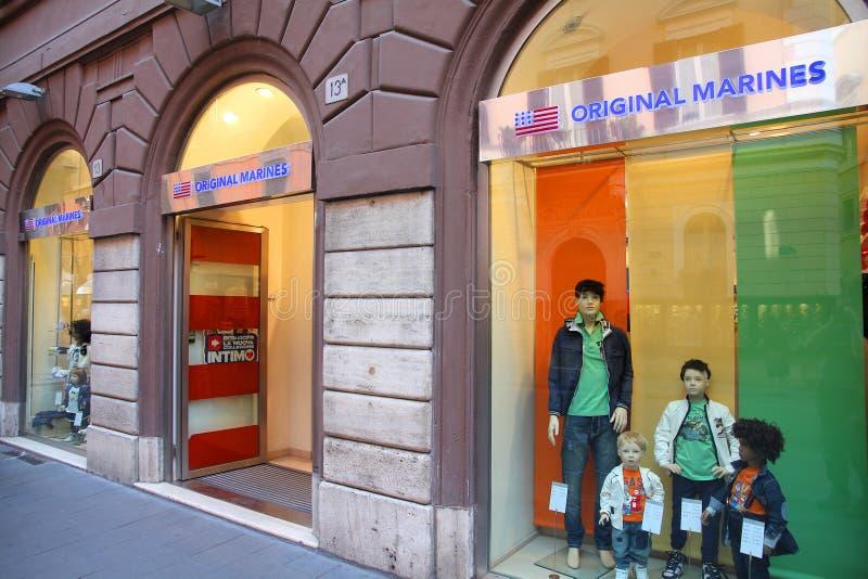 Compras de la manera en Roma imagenes de archivo