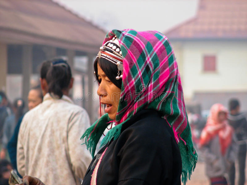 Compras de la mujer de Akha en el mercado imágenes de archivo libres de regalías