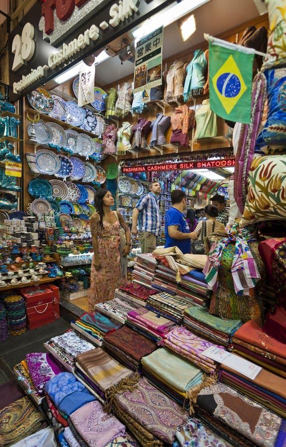 Compras de la mujer en el mercado de la especia de Estambul imágenes de archivo libres de regalías