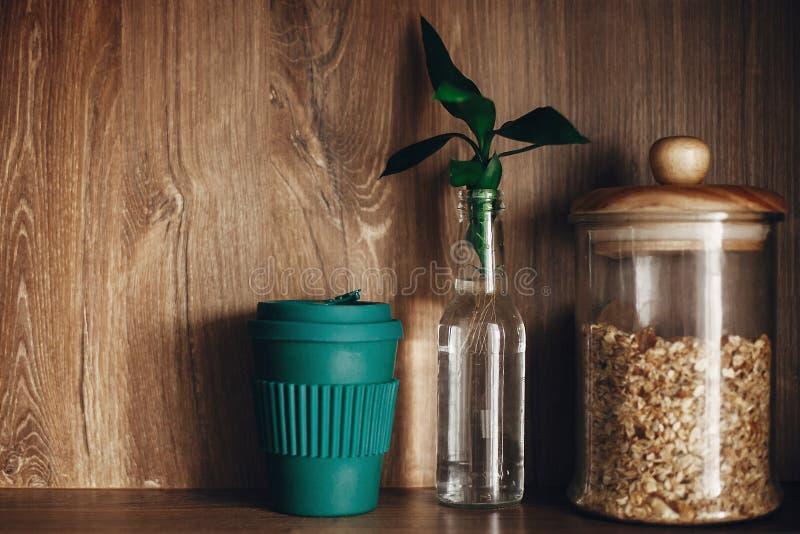 Compras de la tienda a granel Tarro de cristal con los cereales, las hojas reutilizables del taza de café y de bambú en estante d imagenes de archivo