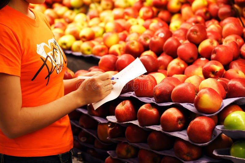 Compras de tienda de comestibles imagen de archivo