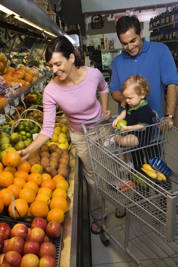 Compras de tienda de comestibles de la familia. imagen de archivo