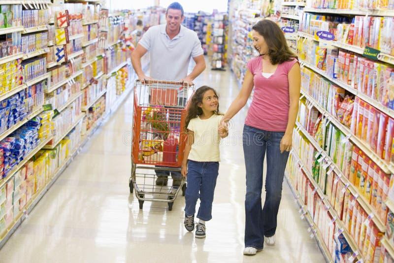 Compras de tienda de comestibles de la familia imágenes de archivo libres de regalías