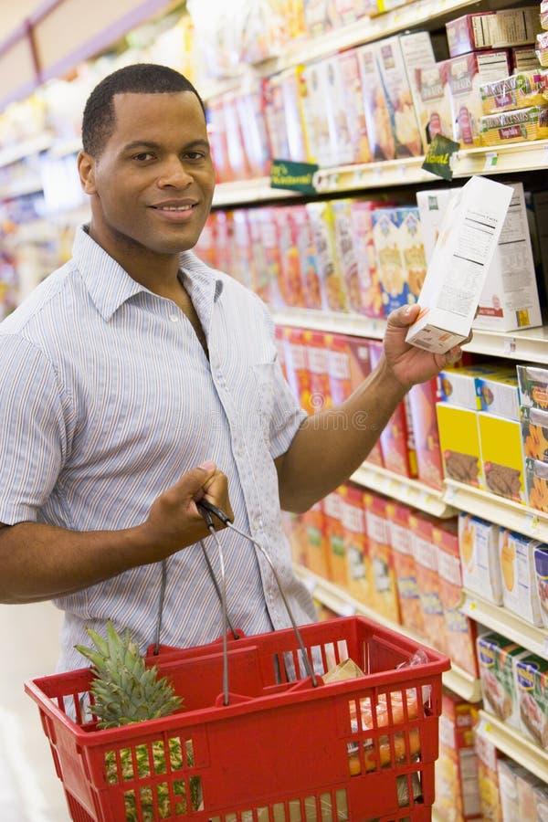 Compras de tienda de comestibles del hombre joven imagen de archivo libre de regalías