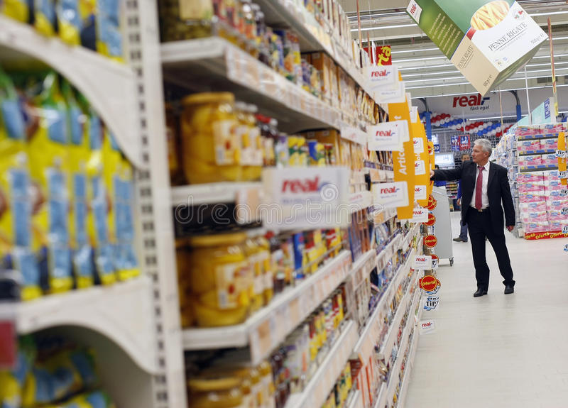 Compras del cliente en el supermercado imagenes de archivo