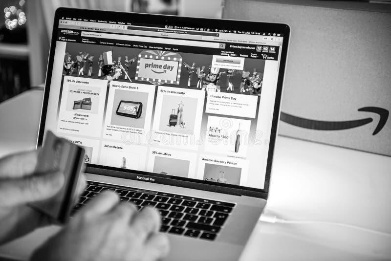 Compras del hombre del día de México del Amazon Prime en tratos del ordenador portátil fotos de archivo