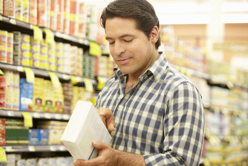 Compras del hombre en supermercado imagen de archivo libre de regalías