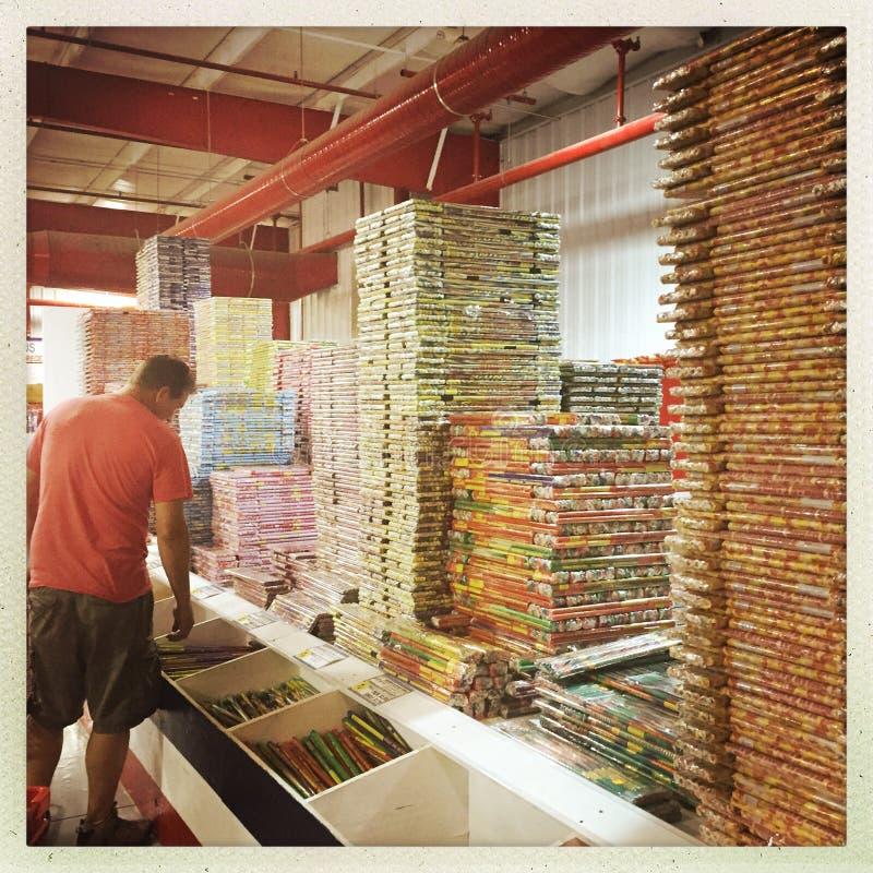 Compras del hombre en tienda de los fuegos artificiales fotografía de archivo libre de regalías