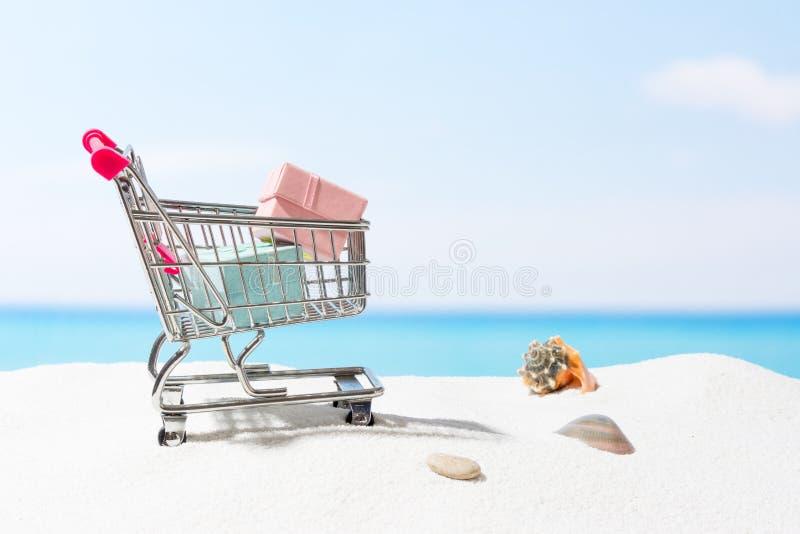Compras del verano Negocio y venta en la playa Carro en la arena blanca foto de archivo libre de regalías