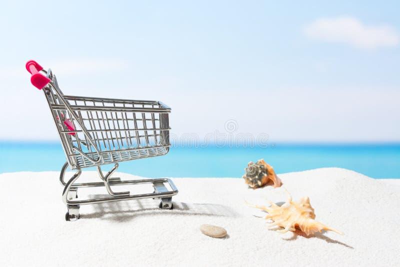 Compras del verano Negocio y venta en la playa Carro en la arena blanca fotos de archivo libres de regalías