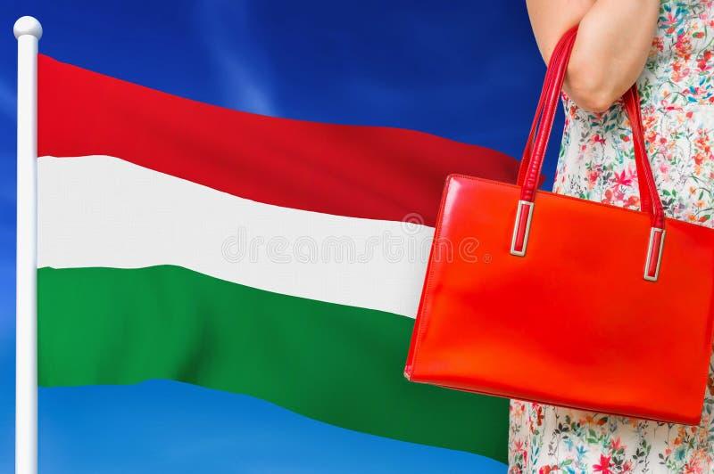 Compras en Hungría Mujer con bolsa de cuero rojo foto de archivo libre de regalías