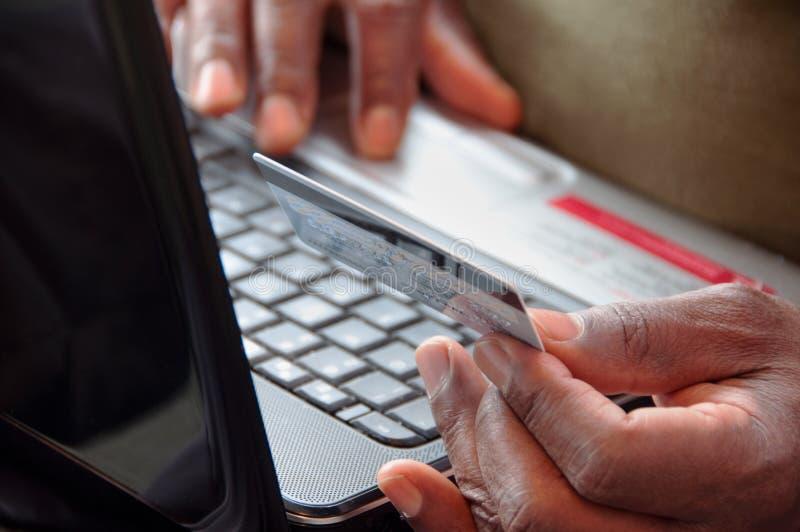 Compras en línea con el teléfono celular de la tarjeta de crédito y imágenes de archivo libres de regalías