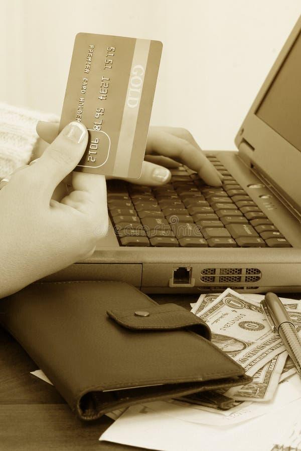 Compras en línea o cuentas que pagan foto de archivo