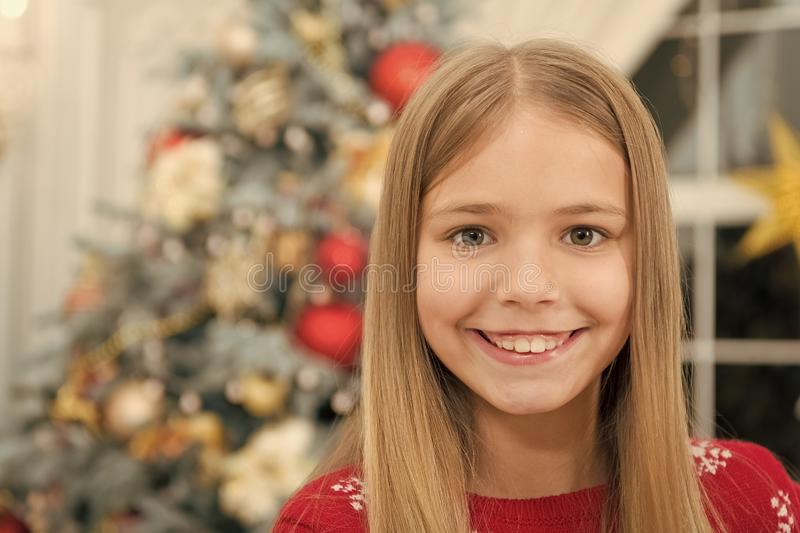 compras en l?nea de Navidad D?a de fiesta de la familia ?rbol de navidad y presentes Feliz A?o Nuevo Invierno La ma?ana antes de  foto de archivo libre de regalías