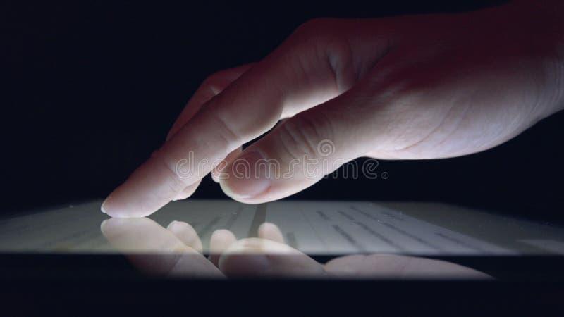 Compras en l?nea usando la tableta, peri?dico de la lectura de la muchacha de la mujer de negocios en el dispositivo imagenes de archivo