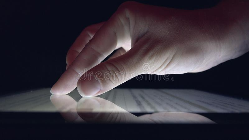Compras en l?nea usando la tableta, peri?dico de la lectura de la muchacha de la mujer de negocios en el dispositivo foto de archivo libre de regalías